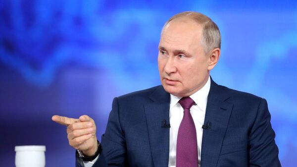 Президент РФ Владимир Путин отвечает на вопросы во время ежегодной специальной программы Прямая линия с Владимиром Путиным