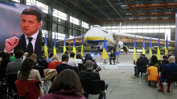 Президент Украины Владимир Зеленский во время пресс-конференции на авиационном заводе Антонов  в Киеве