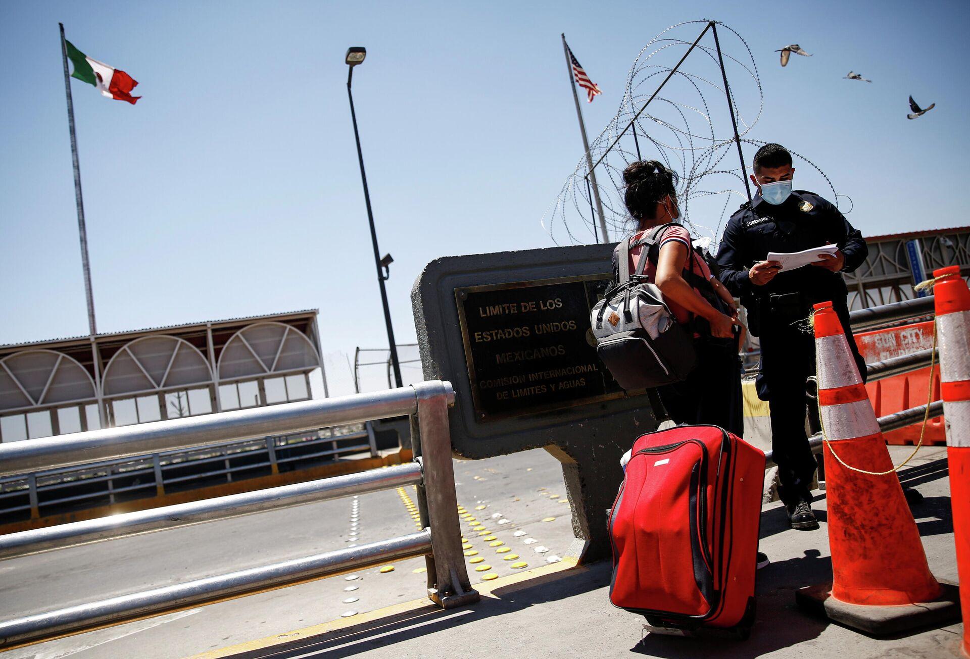 Полицейский проверяет документы у мигранта на границе Мексики и США - РИА Новости, 1920, 30.06.2021