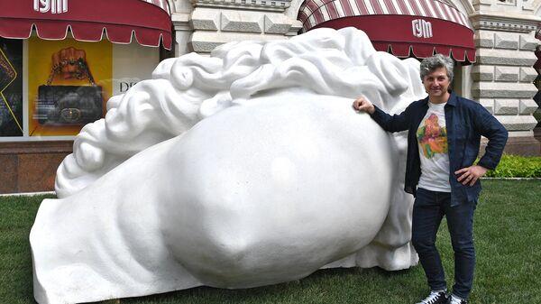 Скульптор Аристарх Чернышов у своей работы Античная голова на выставке российского паблик-арта Красный сад на Красной площад