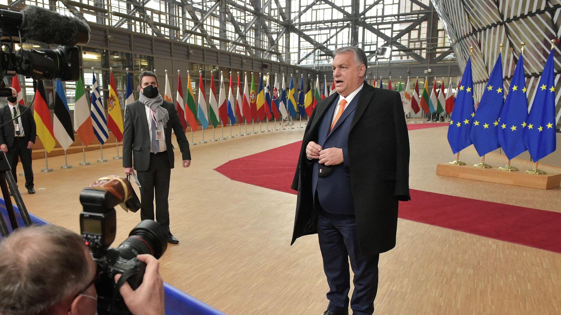 Премьер-министр Венгрии Виктор Орбан беседует с журналистами в здании штаб-квартиры ЕС в Брюсселе - РИА Новости, 1920, 03.07.2021
