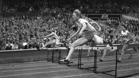 Голландская легкоатлетка Фанни Бланкерс-Коэн в забеге на 80 метров с препятствиями на Олимпийских играх 1948 года в Лондоне