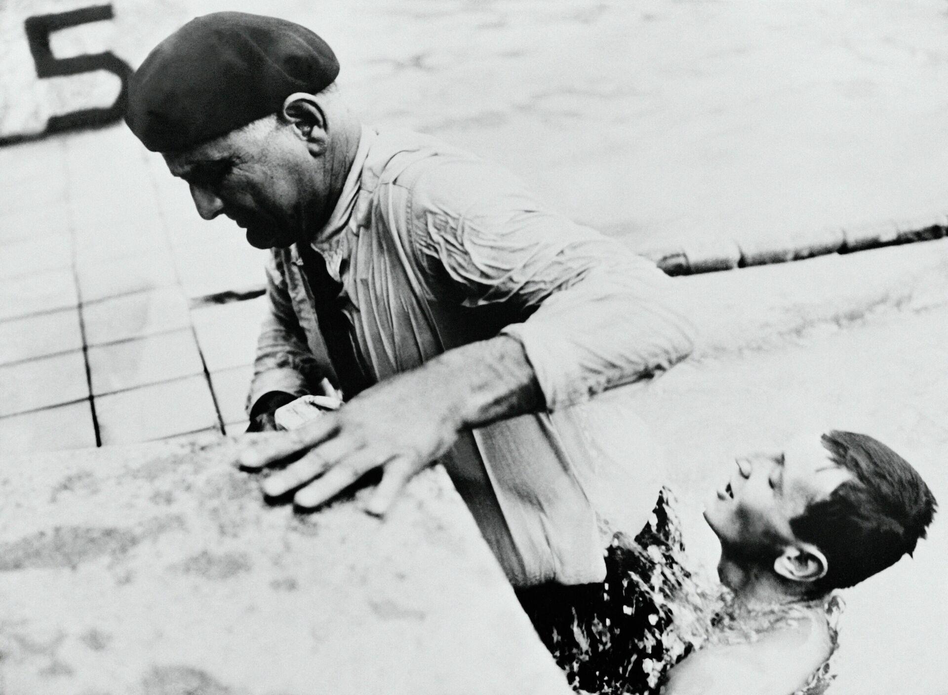 Чемпион Олимпийских игр 1952 года Жан Буатё (справа) помогает отцу выбраться из бассейна - РИА Новости, 1920, 04.07.2021
