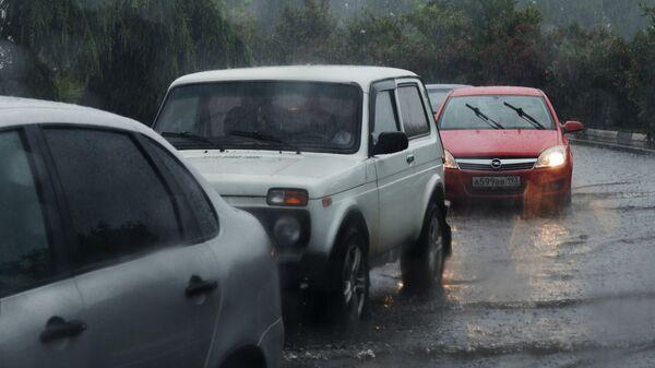 Автомобили одной из улиц Хостинского района Сочи