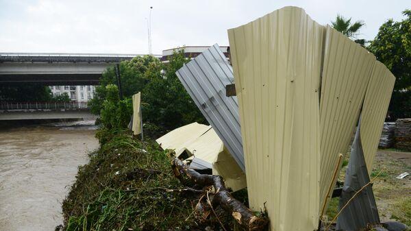 Поврежденные ограждения возле моста через реку Кудепста в Хостинском районе Сочи