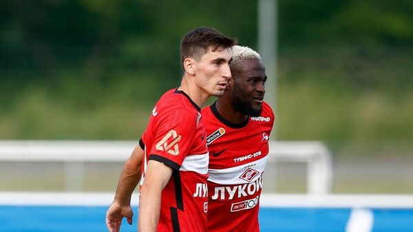 Игроки Спартака Зелимхан Бакаев и Виктор Мозес