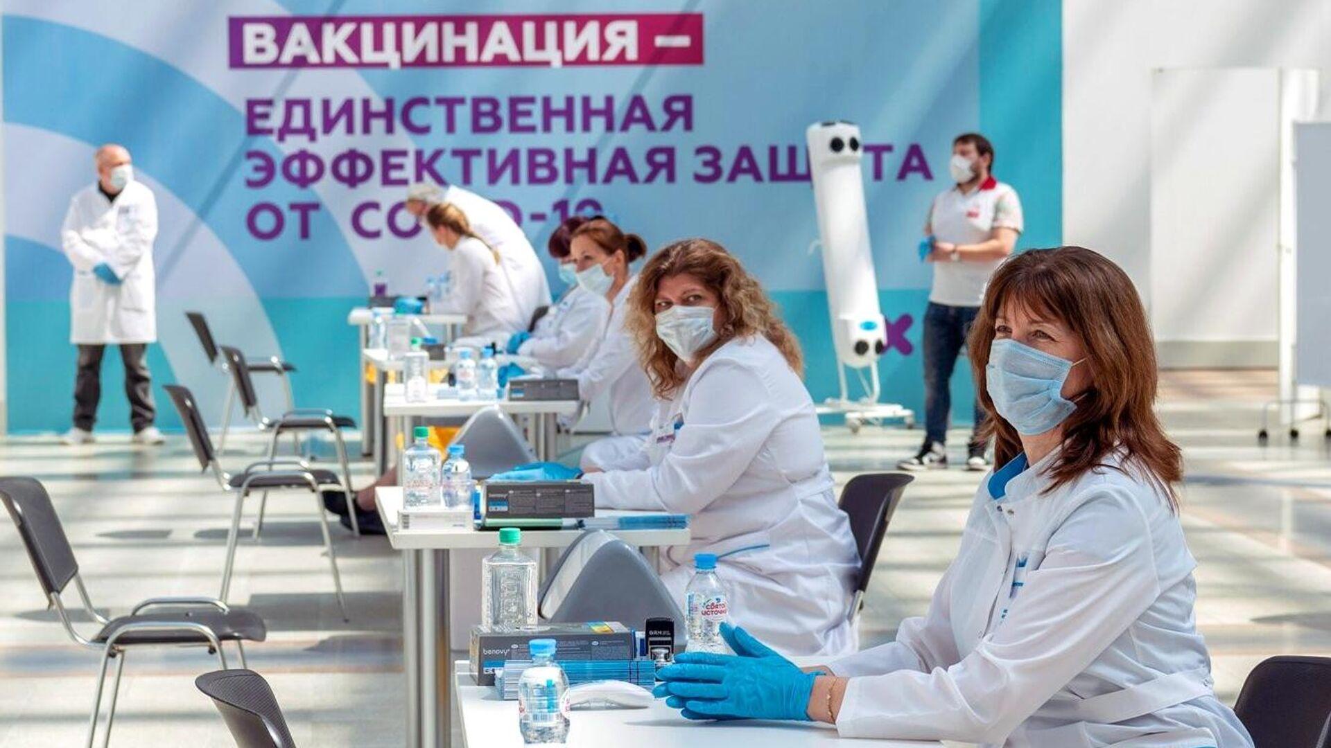 Медицинские сотрудники в центре вакцинации от COVID-19 в Гостином дворе в Москве - РИА Новости, 1920, 06.07.2021