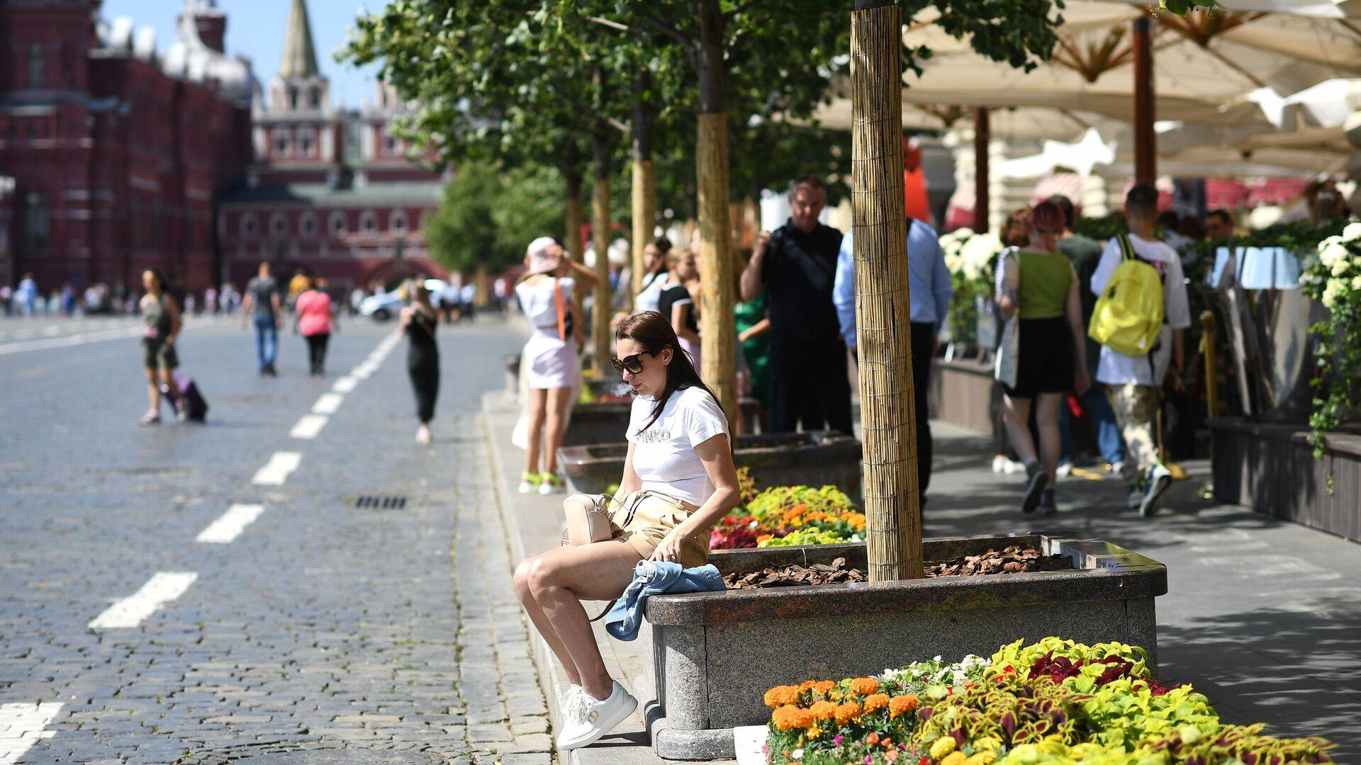 Девушка у ГУМа на Красной площади в Москве - РИА Новости, 1920, 20.07.2021