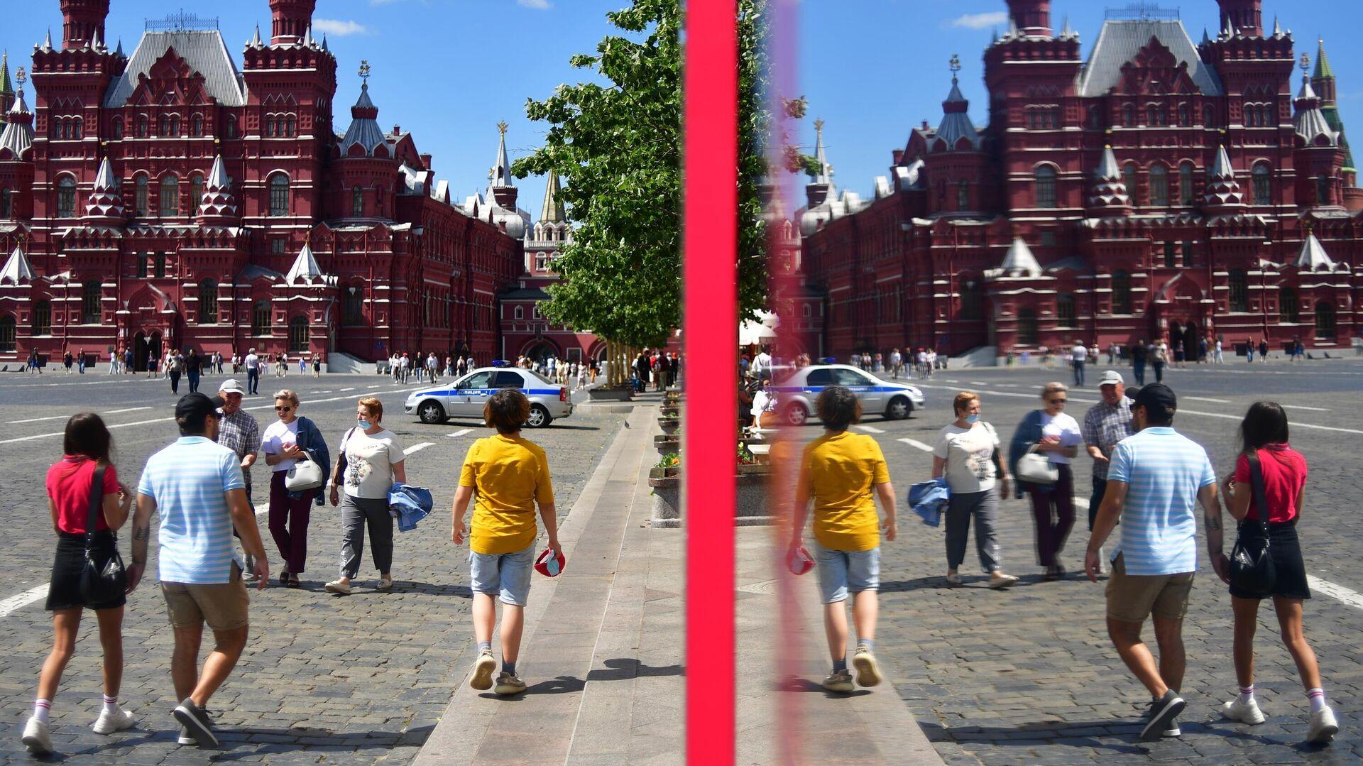 Люди у витрины ГУМа на Красной площади в Москве - РИА Новости, 1920, 04.08.2021