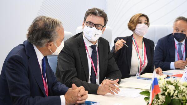 Министр экономического развития Италии Джанкарло Джорджетти во время встречи с генеральным директором РЭЦ Вероникой Никишиной в рамках Международной промышленной выставки Иннопром-2021