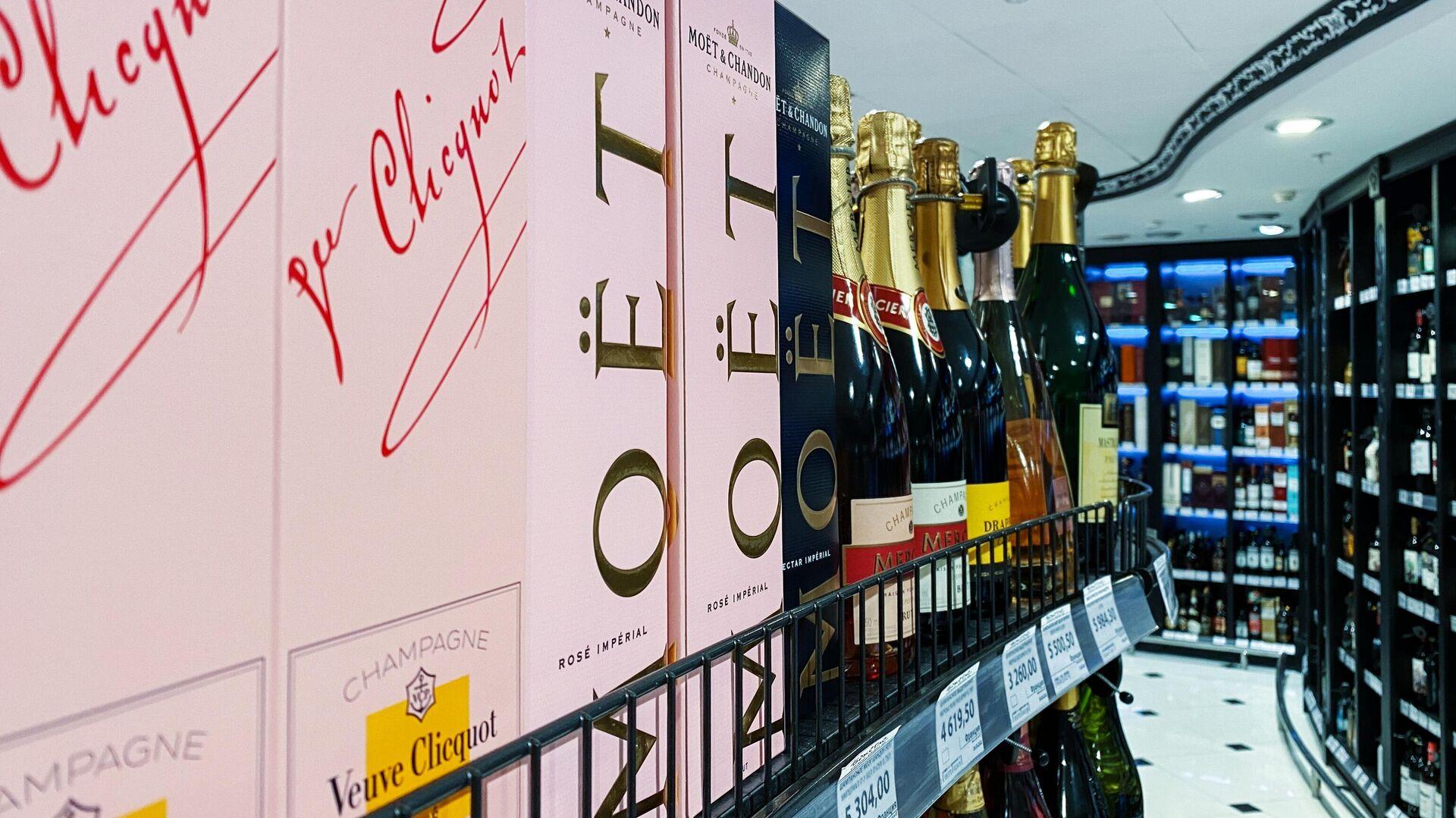 Продукция французской компании-производителя премиальных алкогольных напитков Moet Hennessy на полке в одном из магазинов в Москве - РИА Новости, 1920, 08.07.2021