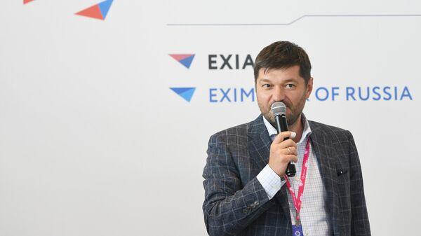 Вице-президент АО ЭКСАР Максим Кобин выступает у стенда Российского экспортного центра на Международной промышленной выставке Иннопром-2021 в Екатеринбурге