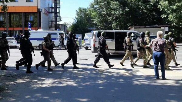 Сотрудники правоохранительных органов возле отделения Сбербанка в Тюмени. Кадр из видео очевидца