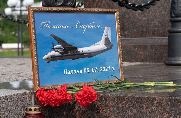 Стихийный мемориал на ступенях стелы Город воинской славы в центре Петропавловска-Камчатского