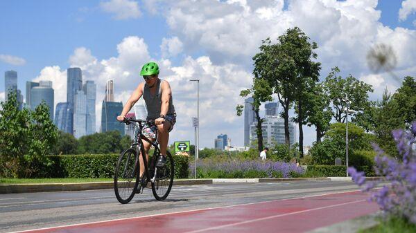 Велосипедист на Лужнецкой набережной в Москве