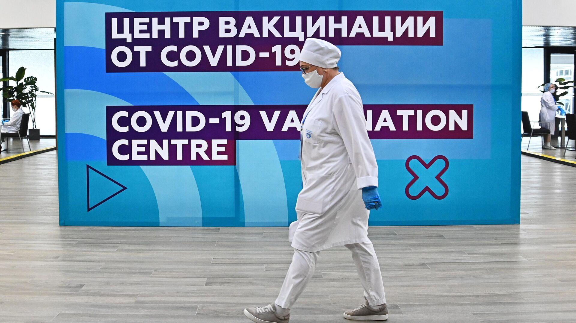 Медицинский сотрудник в центре вакцинации от COVID-19 на стадионе Лужники в Москве - РИА Новости, 1920, 17.07.2021