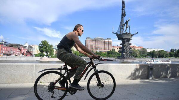 Велосипедист на Пречистенской набережной в Москве