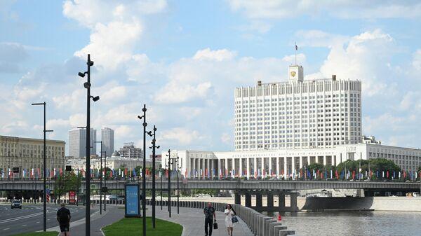 Вид на здание дома правительства Российской Федерации со стороны набережной Тараса Шевченко в Москве