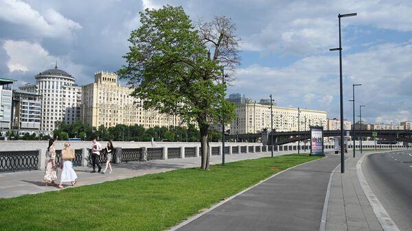 Люди гуляют на набережной Тараса Шевченко в Москве