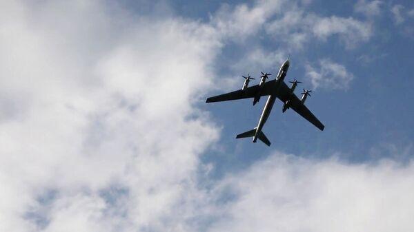Стратегический бомбардировщик-ракетоносец Ту-95МС в небе над аэродромом в Саратовской области