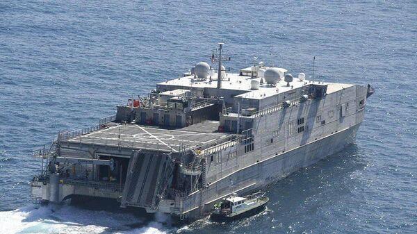 Быстроходный транспортно-десантный корабль USNS Yuma ВМС США направляется в Черное море