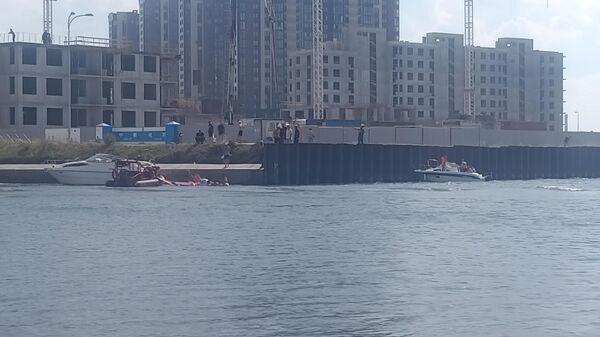 В конце Дудерговского канала в Санкт-Петербурге лодка не справилась с управлением на большой скорости и влетела в стенку канала
