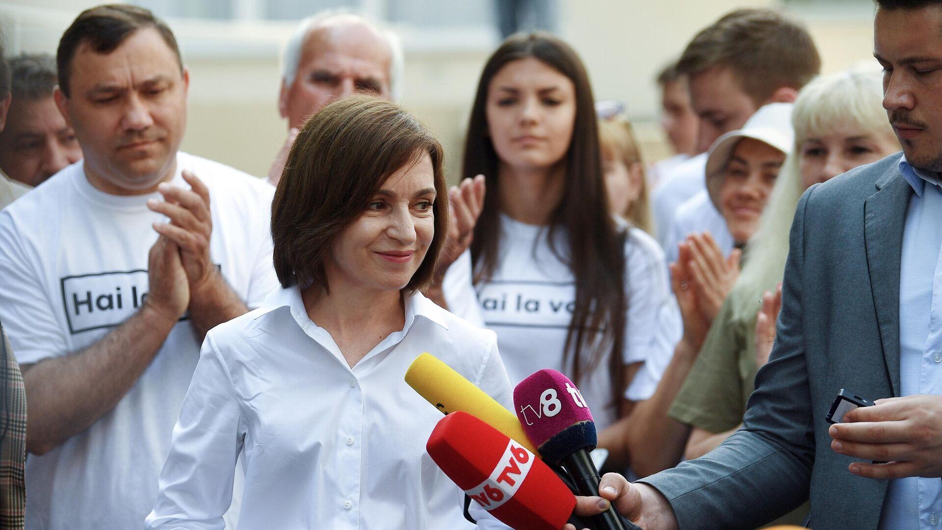 Президент Молдавии Майя Санду общается с журналистами после голосования на избирательном участке в Кишиневе во время досрочных парламентских выборов в Молдавии - РИА Новости, 1920, 05.08.2021