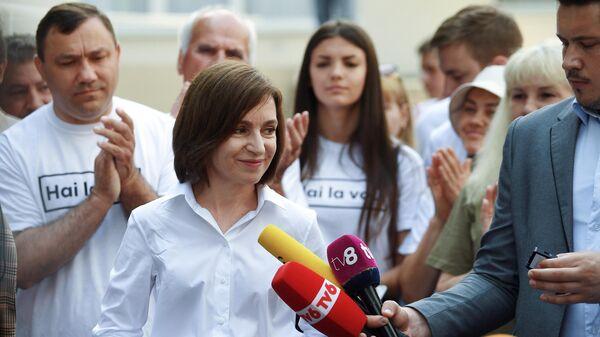 Президент Молдавии Майя Санду общается с журналистами после голосования на избирательном участке в Кишиневе во время досрочных парламентских выборов в Молдавии