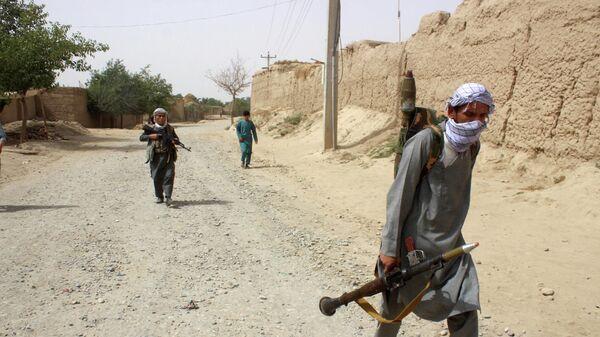 Вооруженные афганские ополченцы патрулируют окраину провинции Тахар