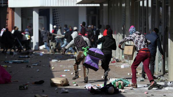 Демонстранты грабят магазины во время протестов в Катлехонге, ЮАР