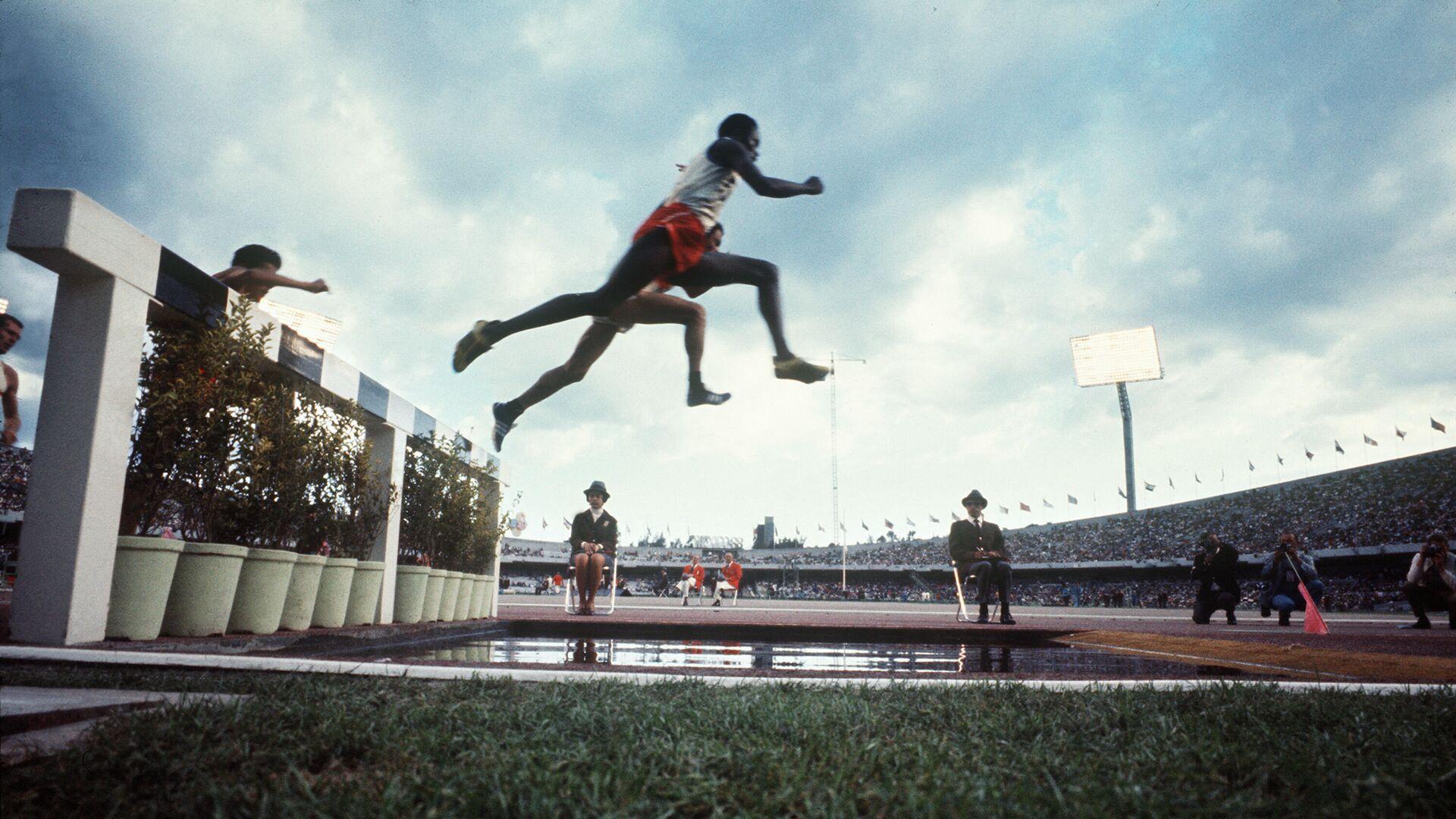 Атлеты на забеге на 3000 метров с препятствиями на Олимпийских игра 1968 года в Мехико - РИА Новости, 1920, 13.07.2021