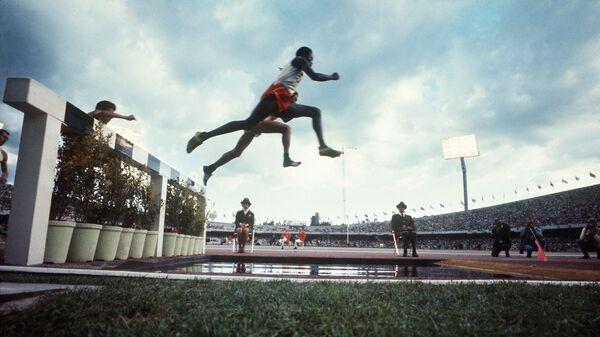 Атлеты на забеге на 3000 метров с препятствиями на Олимпийских игра 1968 года в Мехико