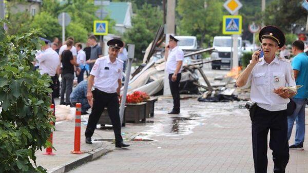Сотрудники полиции у гостиницы Азария в Геленджике, где произошел взрыв бытового газа