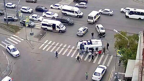 Кадры ДТП в Челябинске: легковушка въехала в машину скорой помощи