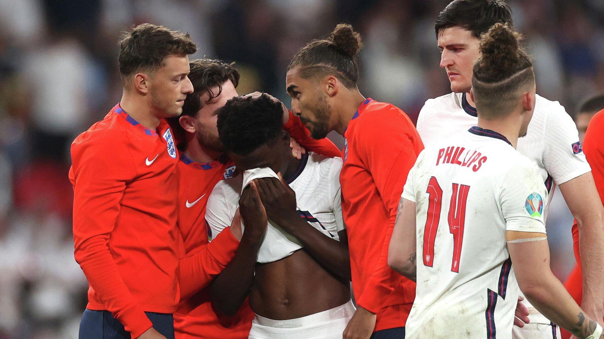 Футболисты сборной Англии утешают Букайо Саку после незабитого пенальти - РИА Новости, 1920, 14.07.2021