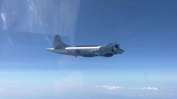Истребитель Су-30 сопроводил американский самолет-разведчик у границы России над Черным морем. Кадр видео