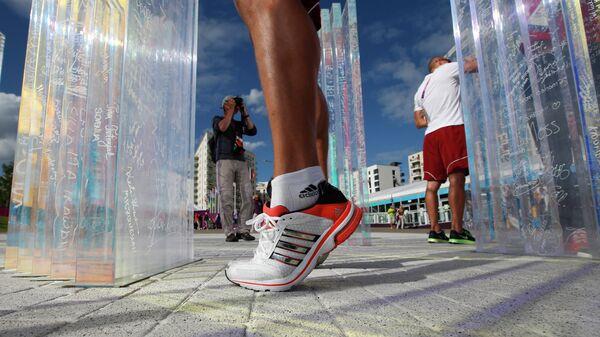 Спортсмен пишет на стене Олимпийского перемирия во время летних Олимпийских игр