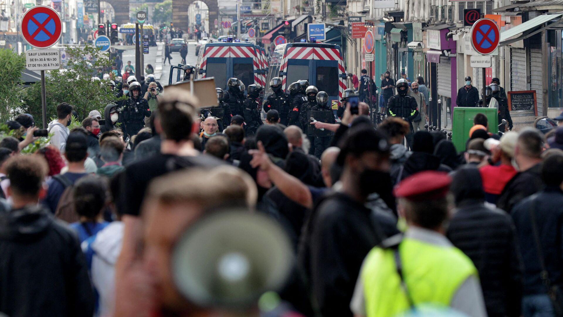 Полицейские и участники акции протеста против санитарных пропусков в Париже - РИА Новости, 1920, 17.07.2021
