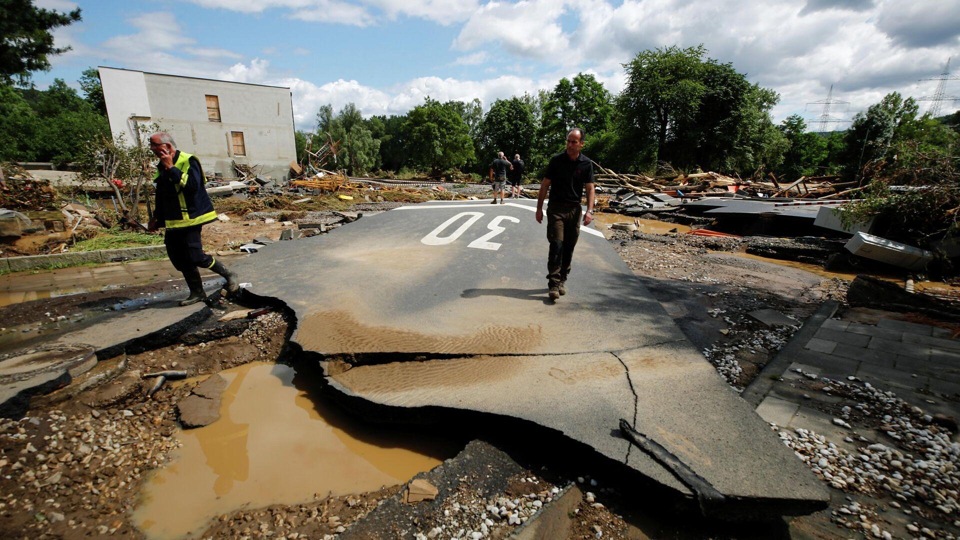 Разрушенная в результате сильных дождей дорога в Бад-Нойенар-Арвайлер - РИА Новости, 1920, 18.07.2021