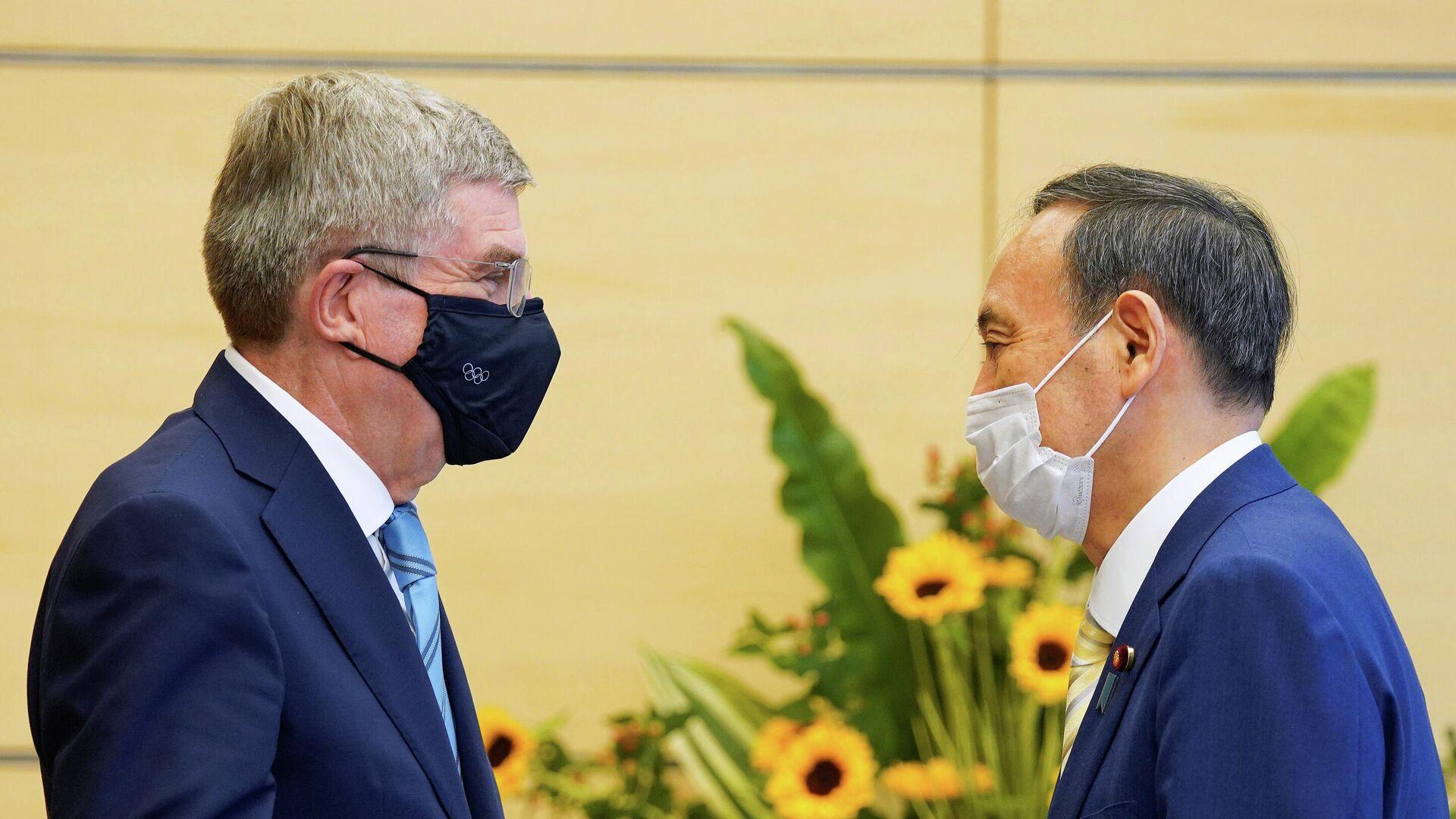 Президент Международного олимпийского комитета (МОК) Томас Бах (слева) и премьер-министр Японии Есихидэ Суга - РИА Новости, 1920, 15.07.2021