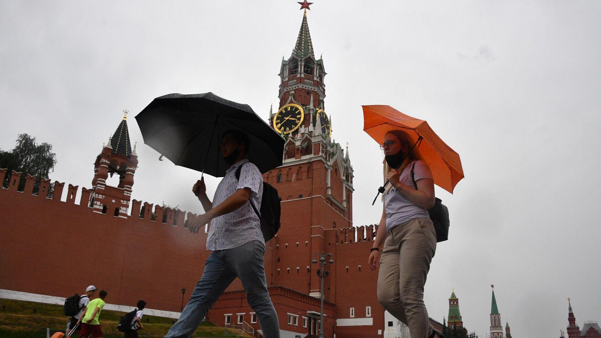 Люди во время дождя на Красной площади в Москве - РИА Новости, 1920, 18.07.2021