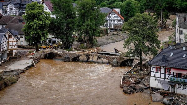 Разрушенный мост, река Ар в Шульд, Германия. Из-за проливных дождей река Ар резко вышла из берегов