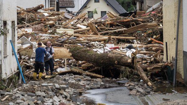 Обломки домов, разрушенных наводнением, в Шульде недалеко от Бад-Нойенара, западная Германия