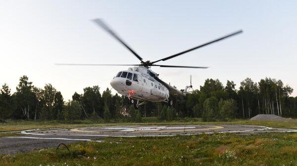 Вертолет с пассажирами на борту, эвакуированных в Томск с места жесткой посадки самолета Ан-28 Сибирской легкой авиации в Томской области