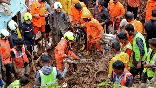 Спасатели на месте схода оползня в Мумбаи, Индия