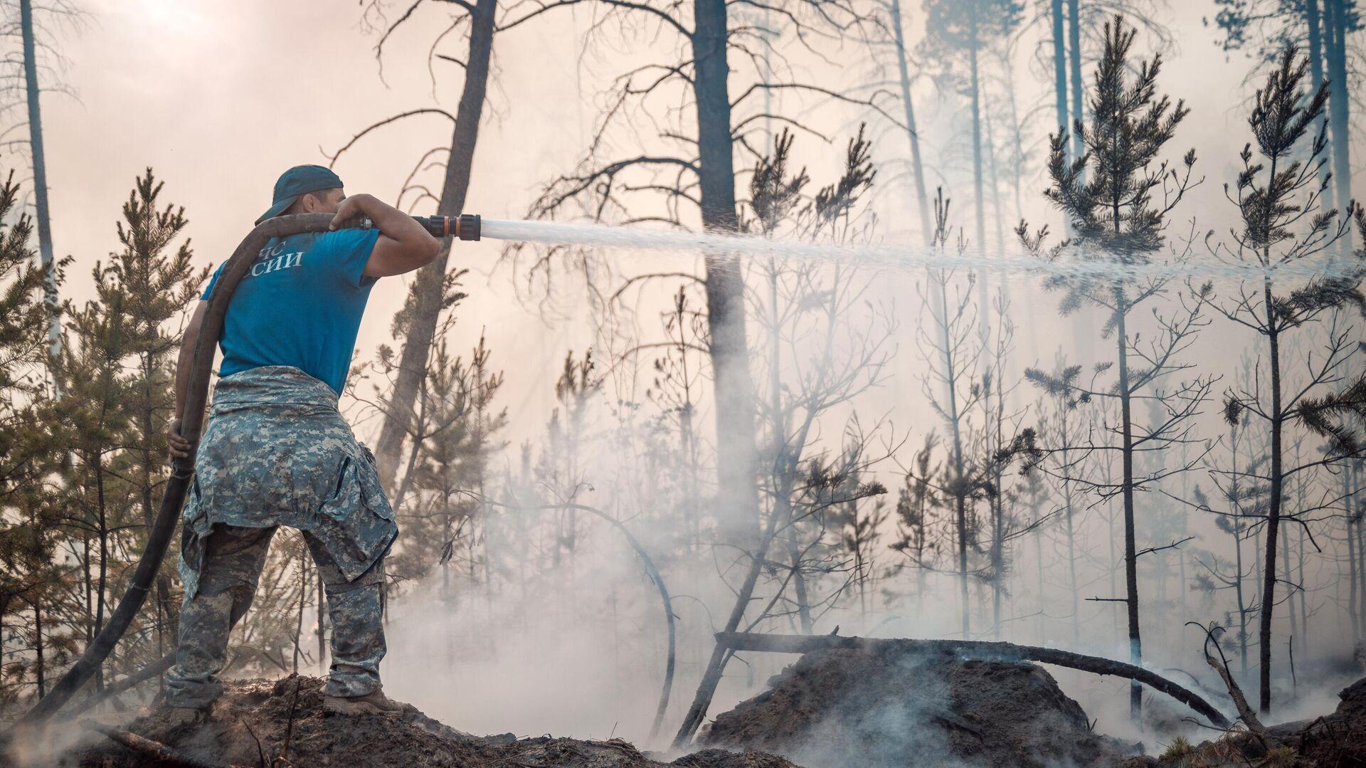 Сотрудник МЧС РФ во время тушения лесных пожаров в Якутии - РИА Новости, 1920, 21.07.2021