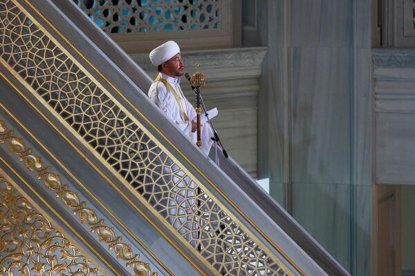 Председатель Совета муфтиев России, председатель Духовного управления мусульман Европейской части России муфтий Равиль Гайнутдин во время богослужения в честь праздника Курбан-байрам в Московской соборной мечети