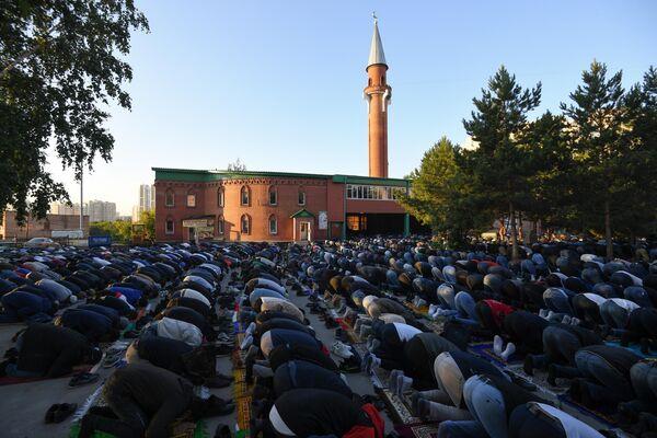 Мусульмане во время праздника Курбан-Байрам у Соборной мечети Новосибирска