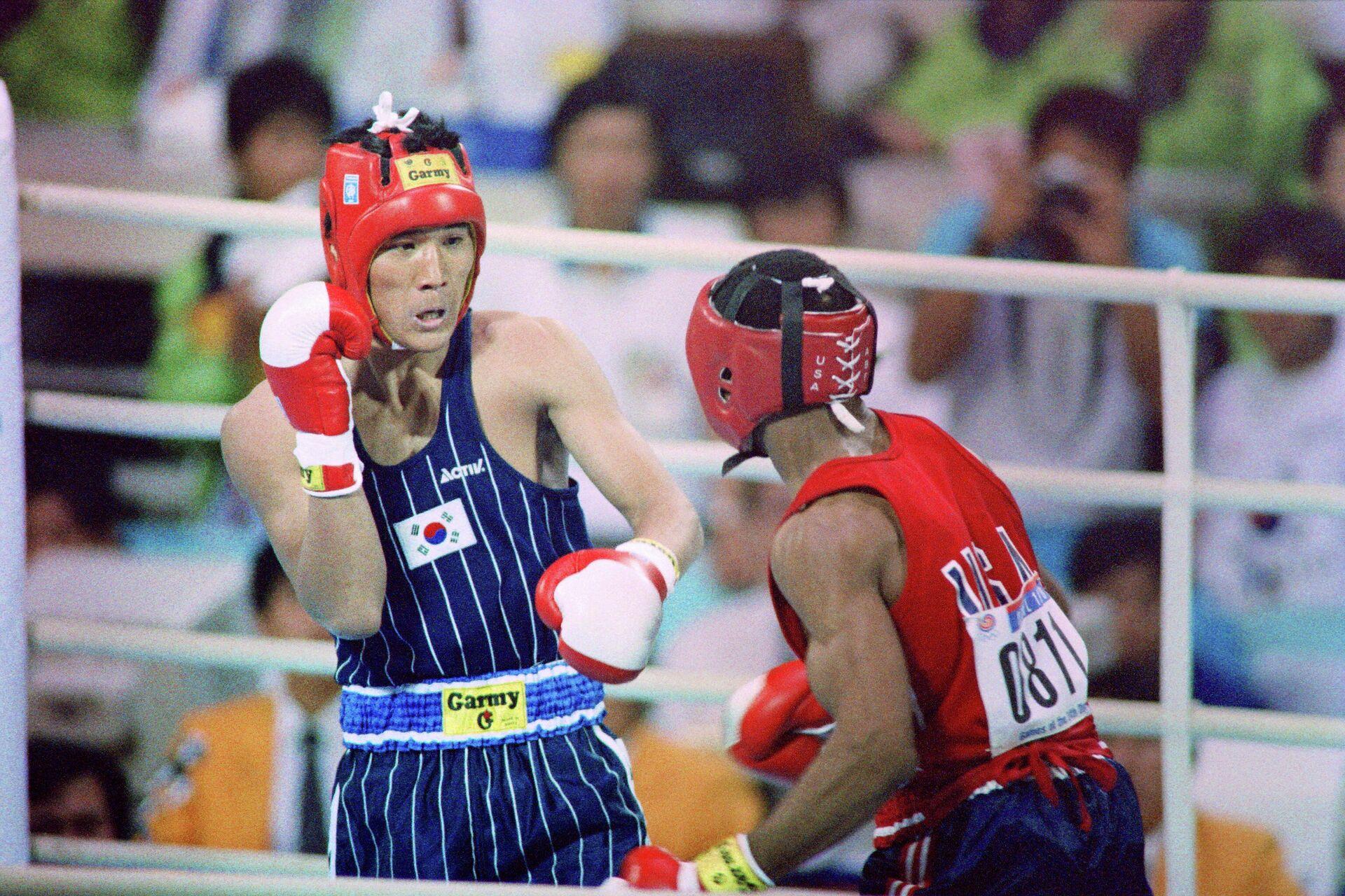 Боксёры Пак Си Хун  и Рой Джонс на Олимпийских играх 1988 года в Сеуле - РИА Новости, 1920, 20.07.2021