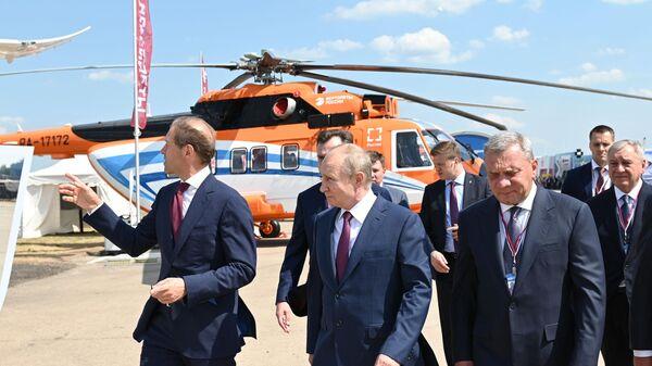 Президент РФ Владимир Путин осматривает образцы новой техники на выставке Международного авиационно-космического салона МАКС-2021